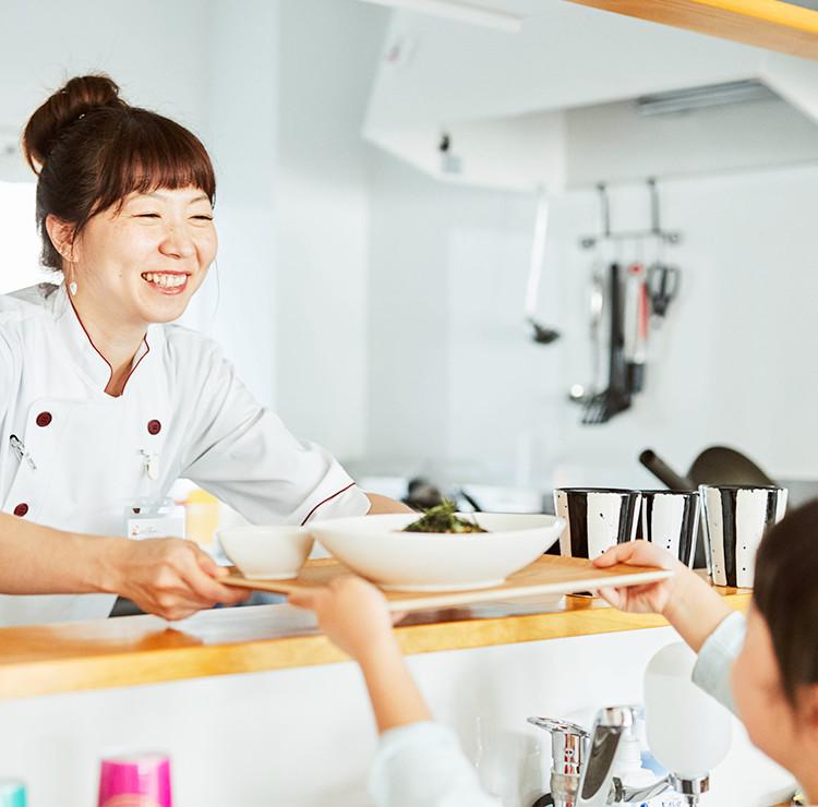 子ども食堂おひさまキッチン「お待ちかねのごはんができた!!」スマホ