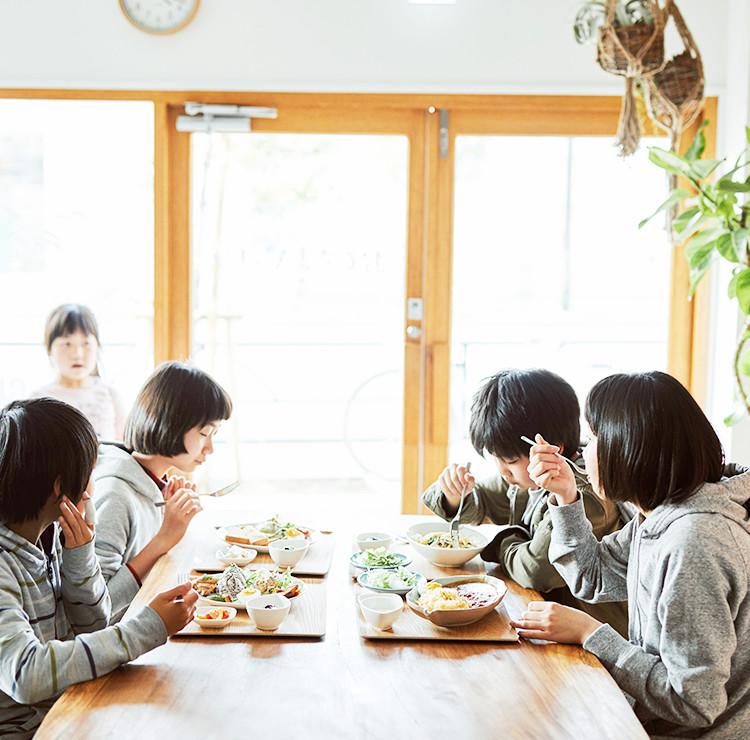 子ども食堂おひさまキッチン「食事をする子ども達」スマホ