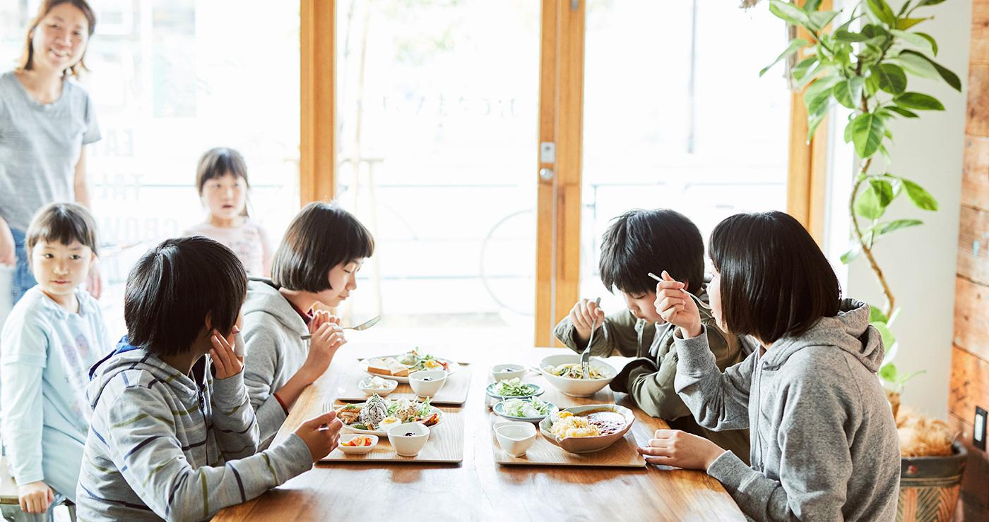 子ども食堂おひさまキッチン「食事をする子ども達」